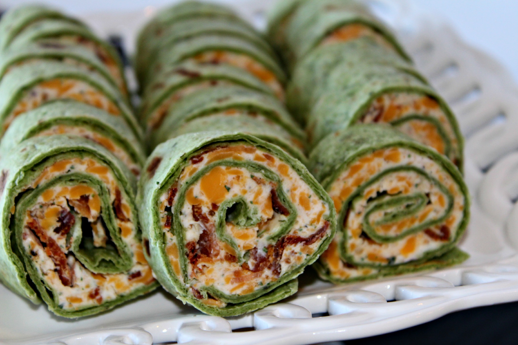 Bacon and Ranch Tortilla Pinwheels #SuperBowlFood - addicted to ...