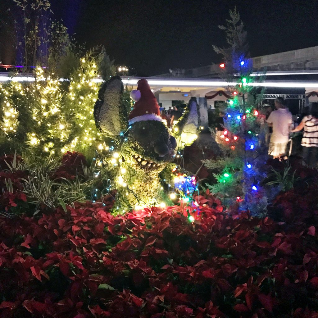 disney-world-christmas-epcot-stitch-topiary