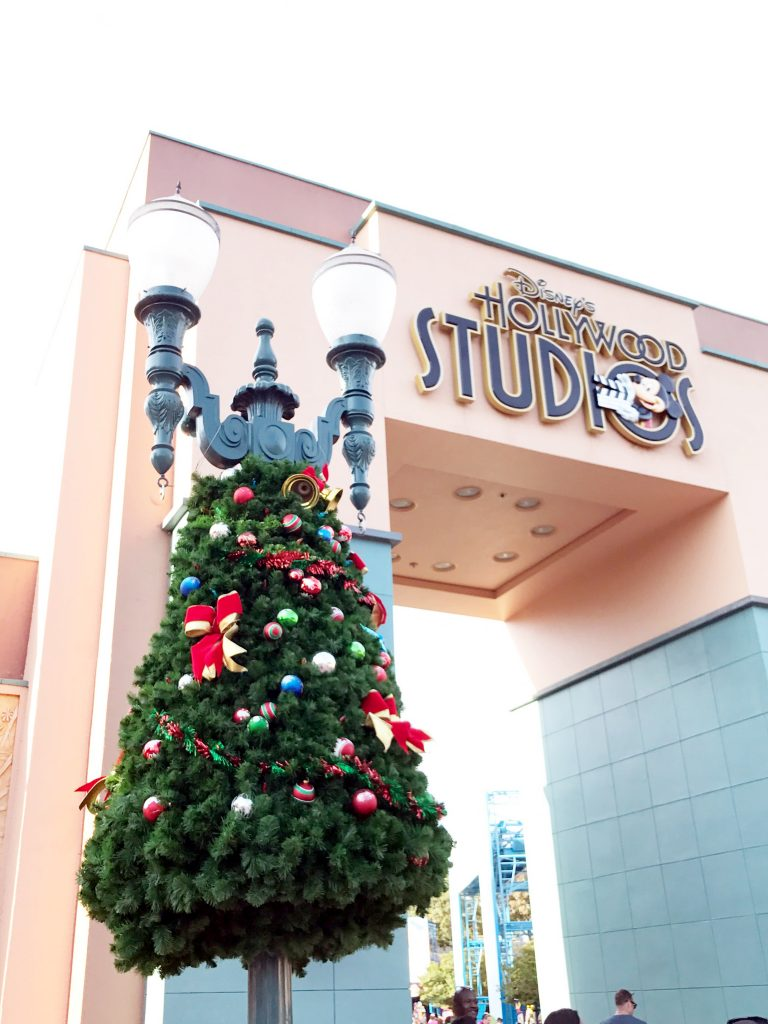 disney-world-christmas-hollywood-studios-christmas-tree-decorated