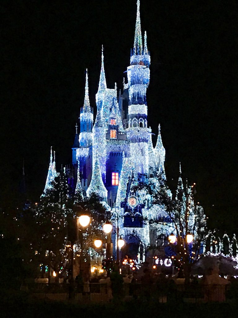 disney-world-christmas-magic-kingdom-cinderellas-castle-icicles