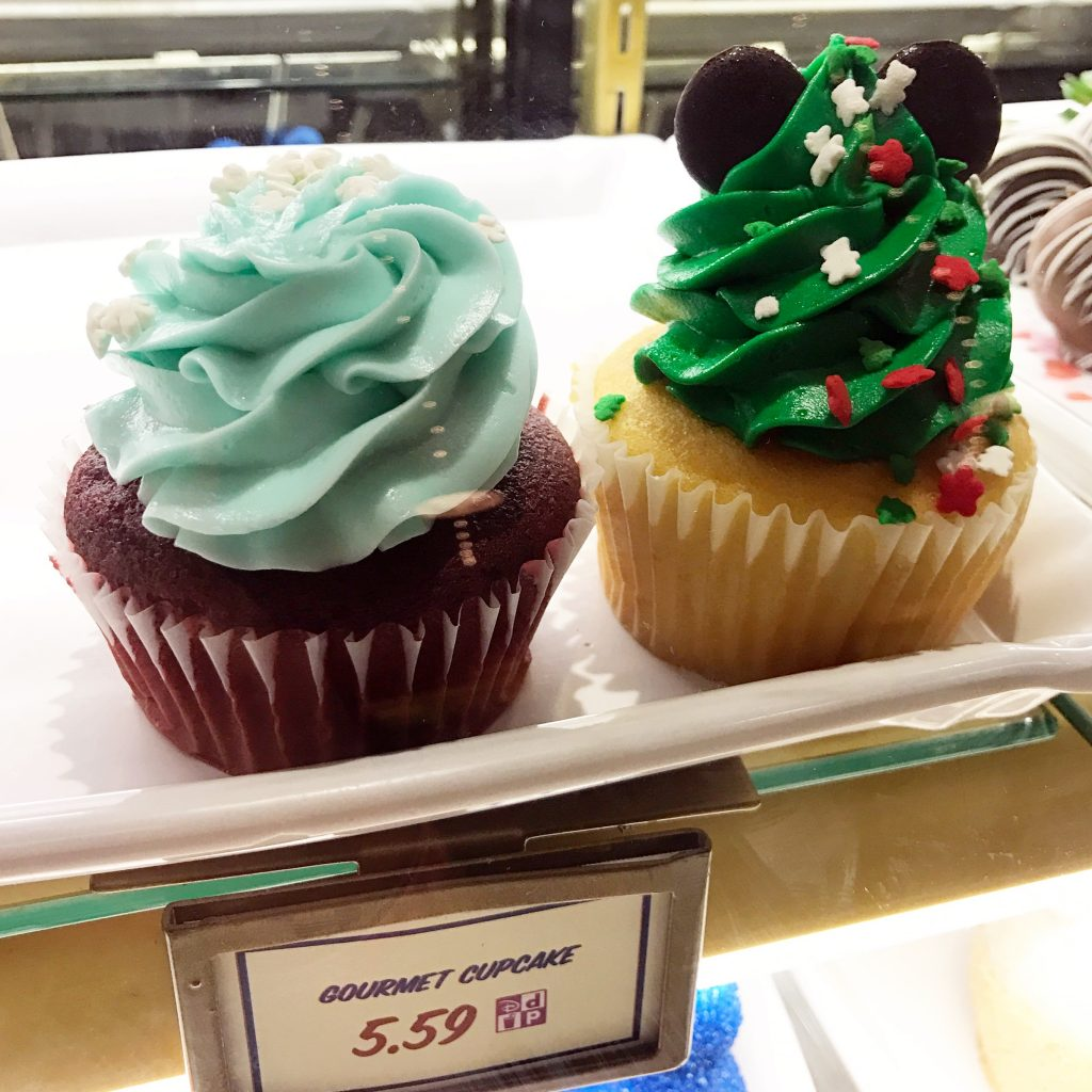 disney-world-christmas-magic-kingdom-cupcakes