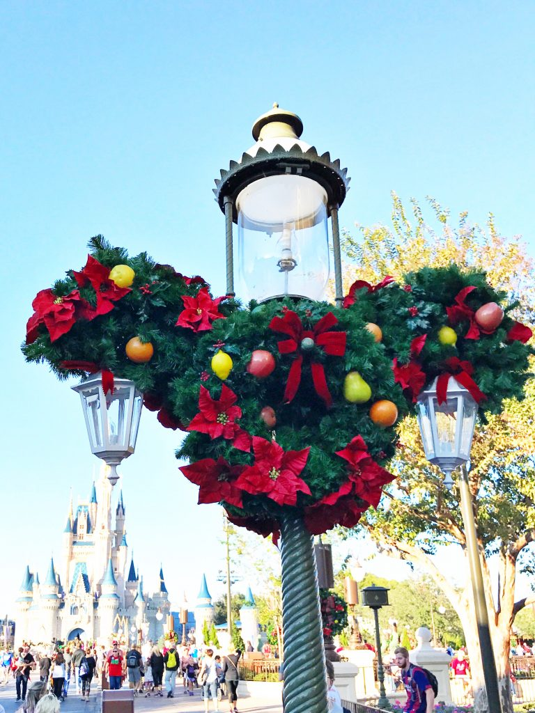 disney-world-christmas-magic-kingdom-main-street-wreath