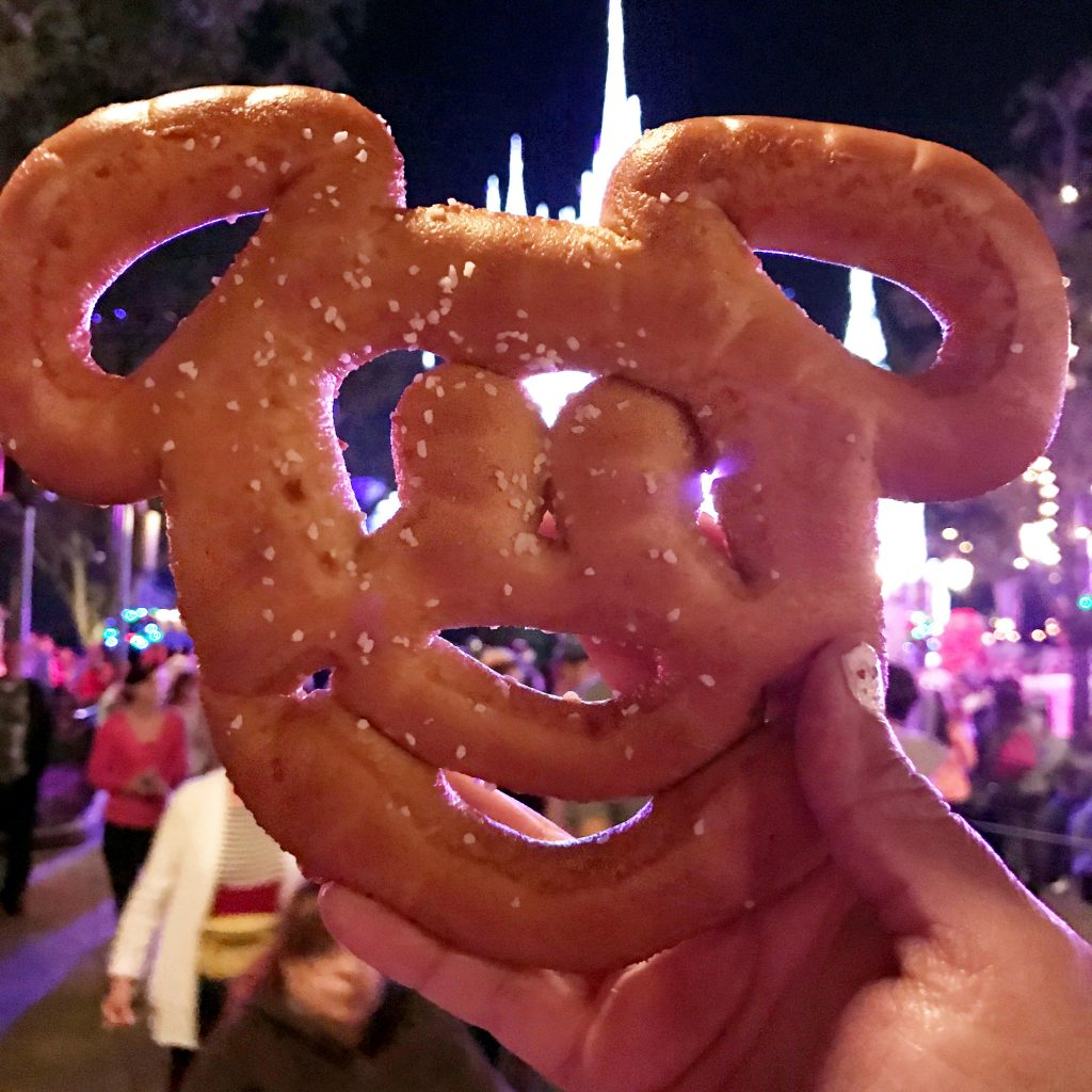 disney-world-magic-kingdon-mickey-ears-pretzel